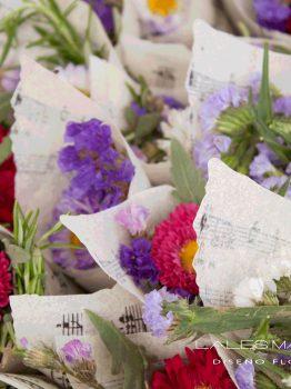 Conos de flores y pétalos