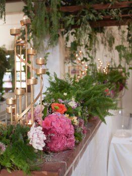 Decoración de verdes, flores y velas