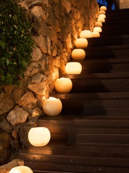 Escaleras decoradas con velas