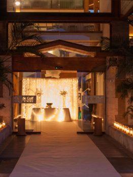 Recepción de invitados con velas.