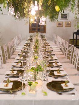Mesa de invitados con decoración en alto